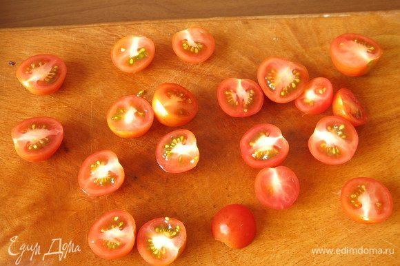 Черри разрезаем пополам. Предпочтительнее взять чуть твердые помидоры.