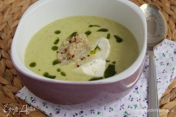 Налить суп в тарелку, добавить ложкой готовое киноа, рикотту, полить укропным маслом.