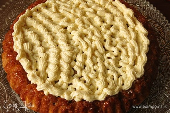 Если пирог остыл, украшаем его кремом. У меня форма под начинку, заполняем по бортик.