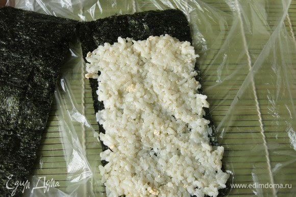На нори выкладываем рис с яйцом, пару сантиметров от края не заполняем.