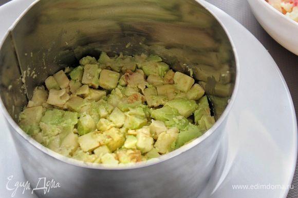 Слой авокадо (на нижний слой чуть больше половины), далее заправленное крабовое мясо, затем авокадо и вновь крабовое мясо.