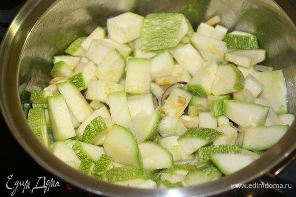Цукини или кабачок нарезать небольшим кубиком. Добавить кабачок в кастрюлю. Готовить 3-4 минуты.