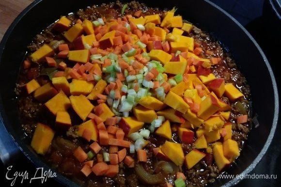 В чили добавить тыкву и морковь, сельдерей, варить еще 10-15 минут.