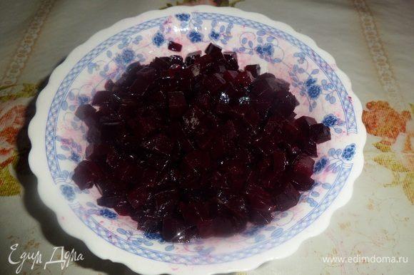 Нарезанную свеклу кладем в чашку и добавляем 1 ст. л. растительного масла. Хорошо перемешиваем.