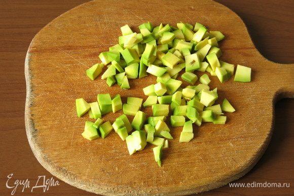 Очищаем половинку авокадо, вырезаем косточку, нарезаем мякоть мелко.