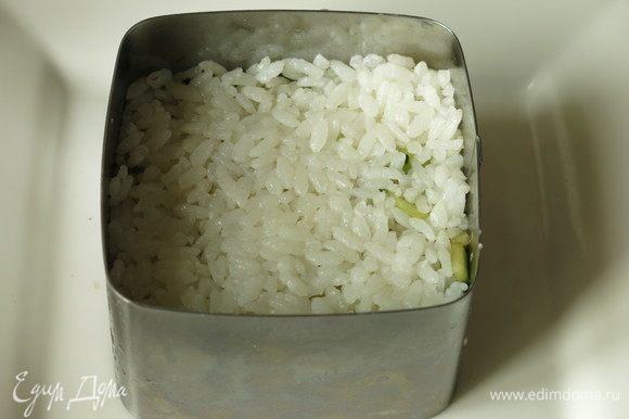 Еще один слой риса, меньше по толщине — 40–45 г.