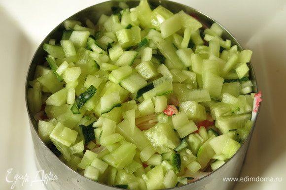 В этом варианте авокадо внутри — на семге, огурцы сверху. Завершаем огурцом. Ставим тортики в холодильник минимум на 30 минут, накрыв сверху пленкой.