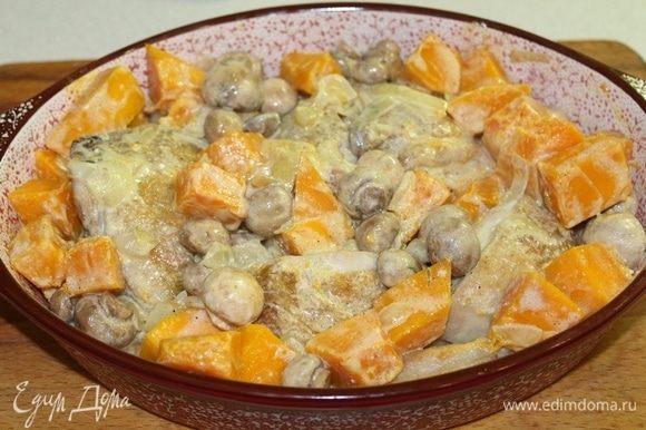 Выложить овощи к курице в форму, добавить сливки, перемешать, посолить, поперчить по вкусу. Добавить щепотку мускатного ореха и отправить в духовку.
