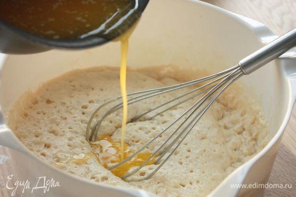 На среднем огне растопите сливочное масло, остудите его до комнатной температуры и взбейте с оставшимся сахаром и яйцом. Влейте получившуюся смесь в опару, хорошенько перемешайте и следом просейте муку. Замесите тесто — на это уйдет примерно 5–7 минут. Оно получается очень пластичным и с ним приятно работать.