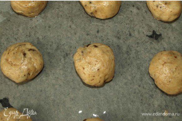 Формируем шарики и выкладываем на противень застеленный пекарской бумагой, смазанной растительным маслом.