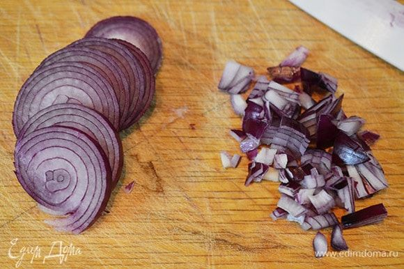 Лук почистить. Половину луковицы нарезать тонкими кольцами, другую — мелко порубить.