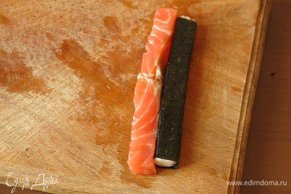 По длине крабовой палочки отрезаем кусочек красной рыбы, у меня составной, предпочтительнее использовать целый.