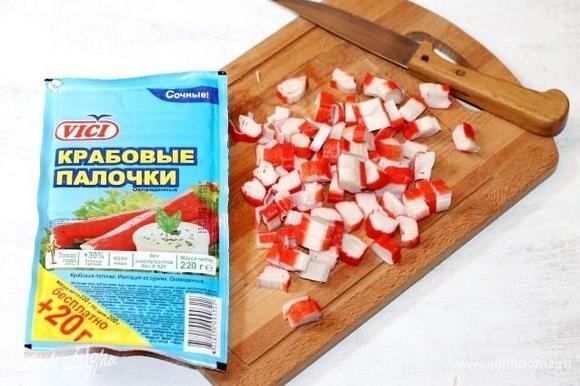 Пока остывают волованы, приготовим салат. Нарезаем небольшими кубиками крабовые палочки.