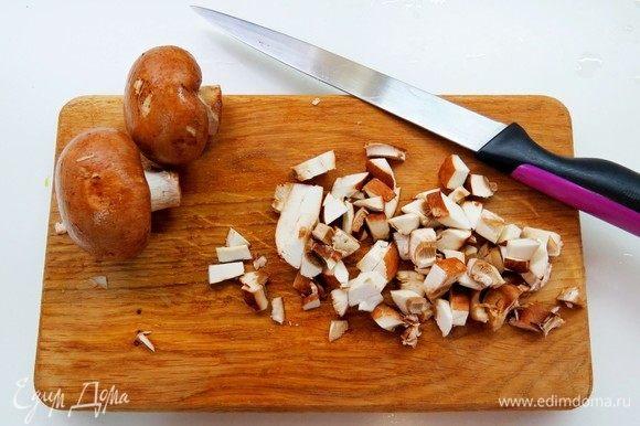 Готовим третью начинку (грибную). Режем кубиками 2 луковицы и грибы.