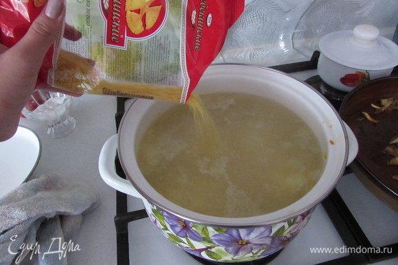 После добавить вермишель и варить еще 5-7 минут.