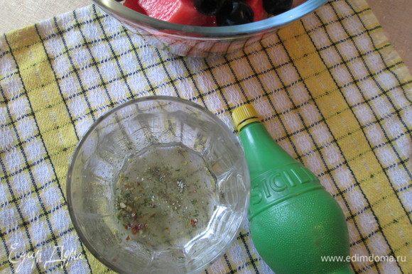 Для заправки перемешать оливковое масло, винный уксус, сок лайма ТМ SICILIA и итальянские травы. Так же добавить чеснок, пропущенный из чеснокодавилки.