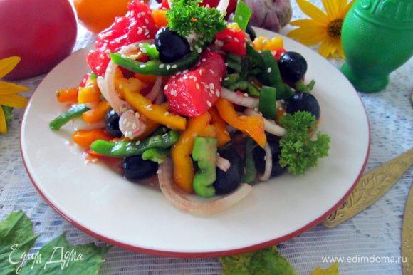 При подаче салат щедро посыпать кунжутом украсить веточкой петрушки. Всем приятного аппетита!