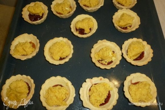 На джем выложить по десертной ложке крема. Поставить в духовку (190°С) на 18 минут.