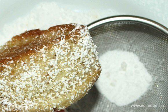 Посыпаем с боков сахарной пудрой.