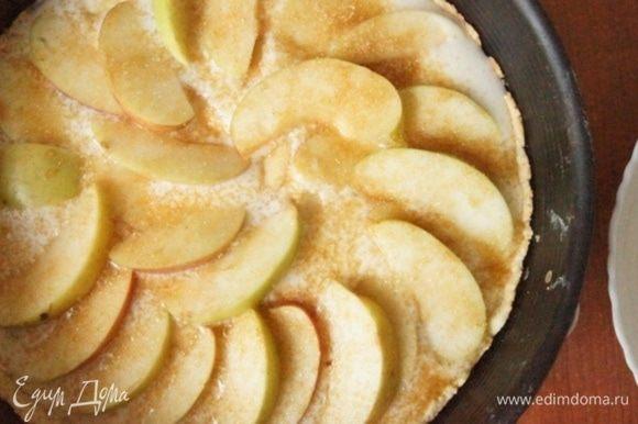 Уложить веером яблоки и присыпать коричневым сахаром. Выпекать еще 25 минут. До красивой золотистой корочки и загустения крема.