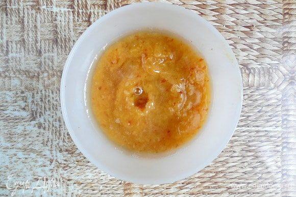 Желатин растопить, ввести в персиковое пюре и размешать блендером до однородности.