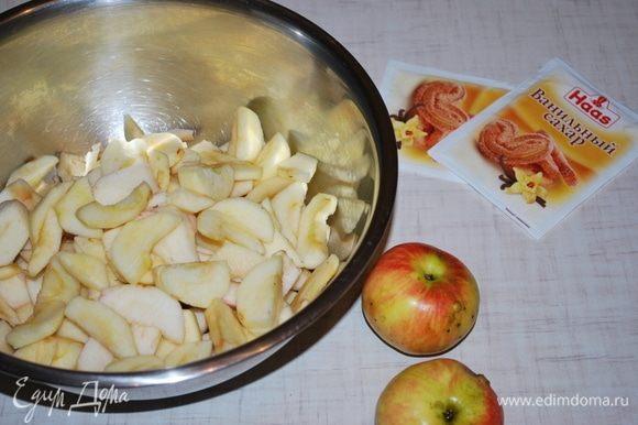 Подготовим яблоки. Чистим и режем на дольки. Яблок на пирог уходит от 8-10 штук, в зависимости от размера.
