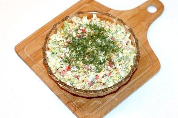 Выкладываем салат в сервировочное блюдо, украшаем укропом, петрушкой и сладким перчиком.