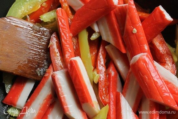 Добавить крабовые палочки Vici и потомить до готовности перца.