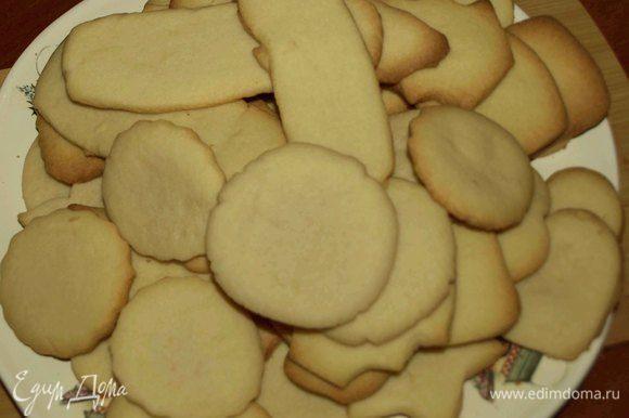 Достаем готовое печенье и оставляем на 1-2 минуты на противне.