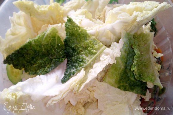 Тем временем помыть савойскую капусту, разделить на листья, крупно их нарезать.