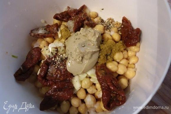 Все ингредиенты сложить в миску. Если у вас помидоры засушенные, то их предварительно замочить на некоторое время, чтобы они размягчились.