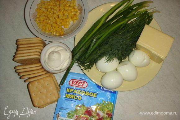 Подготовим продукты: яйца отварить до готовности, остудить и натереть на мелкой терке. Сыр натереть на терке. Лук и укроп мелко нарезать. С кукурузы слить жидкость. Крабовое мясо VICI нарезать.