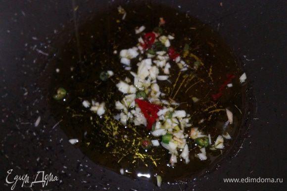 В глубокую сковороду наливаем не много оливкового маcла, кладем измельченный зубчик чеснока, пеперончино и пассеруем до того момента, как масло примет аромат специй.