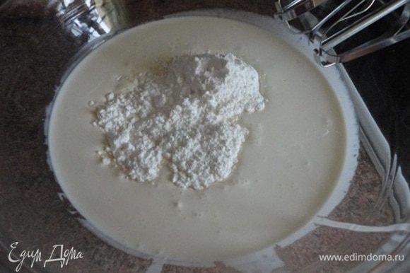 Для крема: холодные сливки смешать с сахарной пудрой, ванилью и взбить.