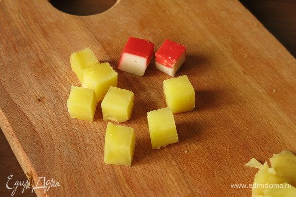 И картофелем. Картошка небольшая, кубики нарезаем с двух штук.