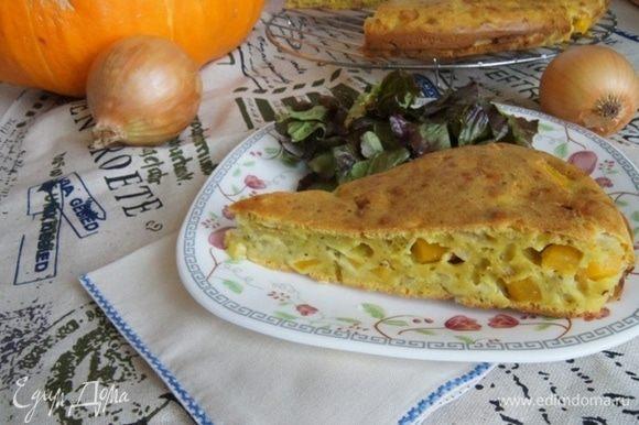 Готовый пирог остудить, нарезать и подавать к супу или как закуску, с листьями салата, сбрызнутыми оливковым маслом.