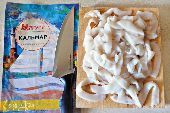 Обсушить кальмары бумажными полотенцами и нарезать полосками шириной 1-1,5 см.
