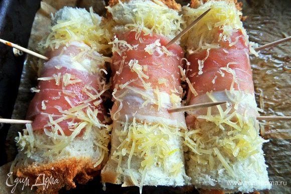 Присыпать сверху сыром.