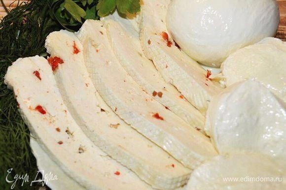 Теперь смешиваем брынзу с измельченным мягким домашним сыром, добавляем молотый черный перец. И паприку. Все хорошо перетираем в пасту.