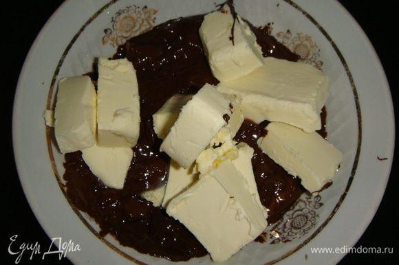 Шоколад растопить со сливочным маслом на водяной бане или в микроволновке.