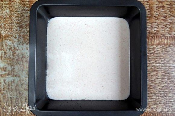 Вылить смесь в подготовленную форму и распределить ровным тонким слоем. Несколько раз ударить формой об стол, чтобы избавиться от крупных пузырей воздуха. Затем убрать в холодильник для застывания на 20 мин.
