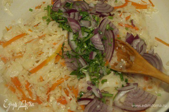 Готовим начинку. Разогреть сковороду и добавить растительное масло. Квашеную капусту хорошо отжать от рассола. Выкладываем в сковороду и готовим 10-15 минут.