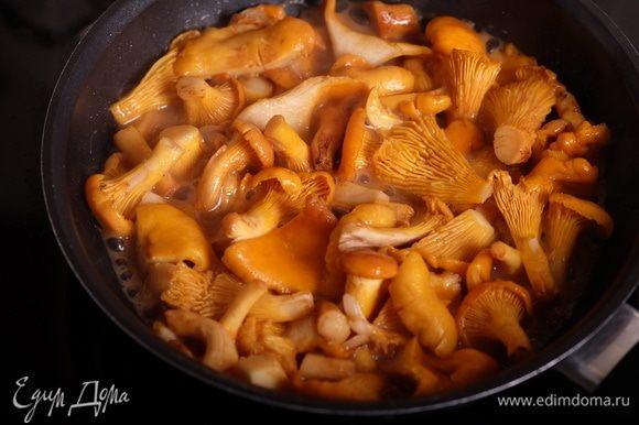 Параллельно на другой сковороде на оставшемся сливочном масле обжарить чеснок и следом добавить лисички. Жарить лисички до полного испарения жидкости, образующейся в процессе жарки.