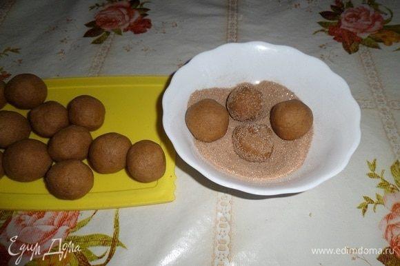 Обваливаем шарики в сахарно-коричной смеси.
