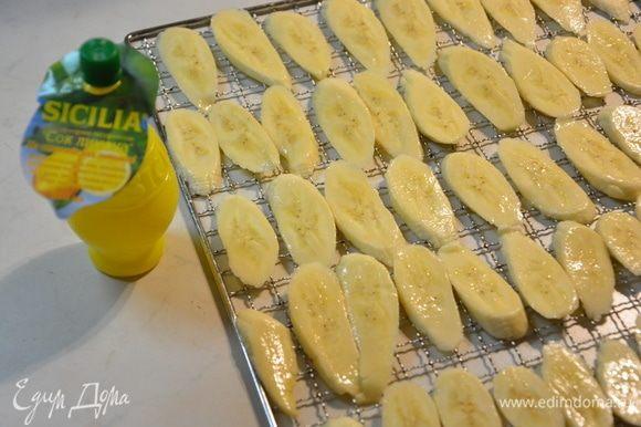 Выложить бананы на сетчатый лист для дегидратора или на противень.