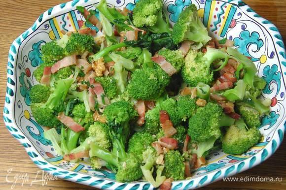Кинзу мелко порубить, добавить в сковороду с брокколи, все перемешать и еще немного прогреть.