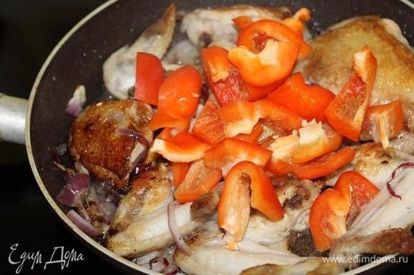 Перец порезать крупными кусочками, обжаривать вместе с курицей 3-4 минуты.