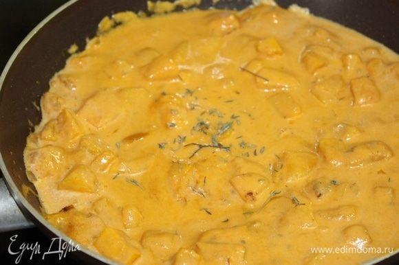 Добавить сливки, посолить, поперчить, добавить тимьян по вкусу.