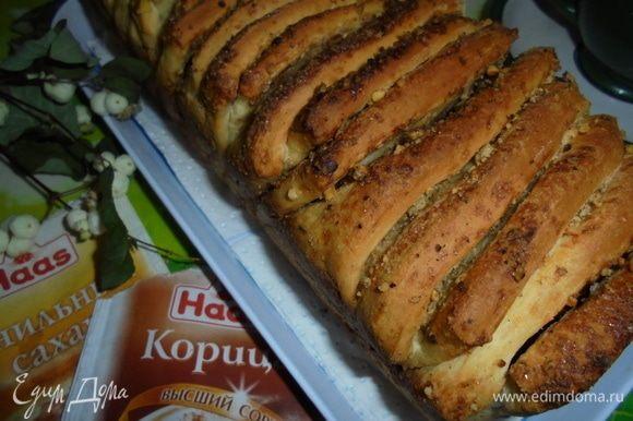 Готовый хлеб можно полить глазурью, сиропом, жидким медом (я ничем не поливала, и так он достаточно вкусен).