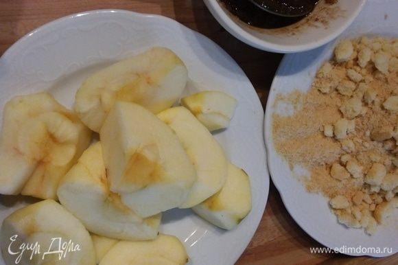 Яблоки очистить и порезать мелким кубиком. Раскрошить печенье, подойдет любое (у меня савоярди). Масло растопить, смешать с сахаром и корицей.